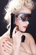 Beauty Bandit mit Maske und Waffe blickt, hoch