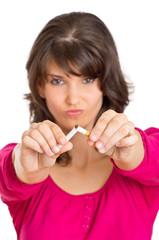 Nichtraucherin zerbricht eine Zigarette