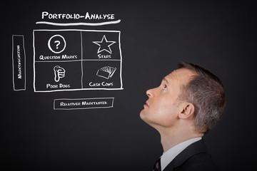 manager denkt an portfolio-analyse