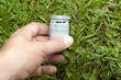 Gefundener Geocache auf Rasen