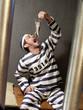 Prisionero en una prisión comiendo una rata.
