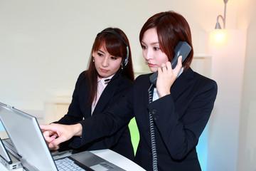 電話対応をしているオペレーター