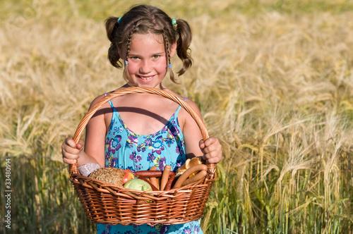 Mädchen mit Picknickkorb - 33480914