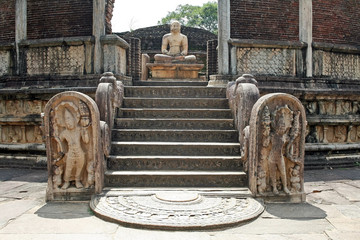 Buddha-Tempel mit Mondstein in Sri Lanka