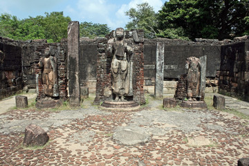 Alte Buddha-Statuen und Tempelruine in Polonnaruwa