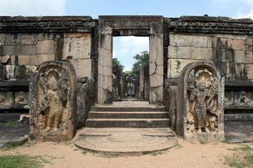 Tempel-Anlage mit Statuen in Polonnaruwa in Sri Lanka