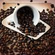 Tazzina di caffè con moka su texture retro