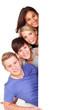 vier glückliche menschen mit hinweisschild