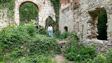 Eine Frau beim Wandern durch eine Ruine
