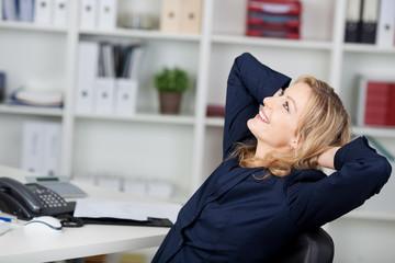 zufriedene blonde frau im büro
