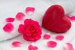 Schafsmilchseife mit Rosenblütenblättern