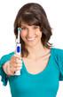 Frau zeigt elektrische Zahnbürste