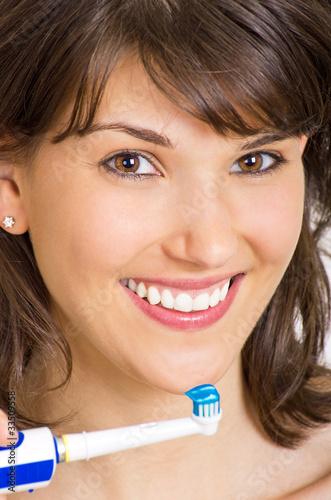 lachende Frau putzt Zähne