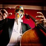 Musicista con la maschera del medico della peste e contrabbasso poster