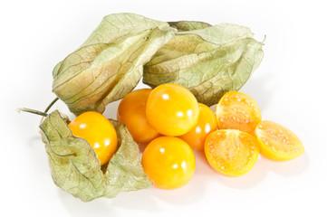 Mehrere Physalis Früchte auf weißem Hintergrund