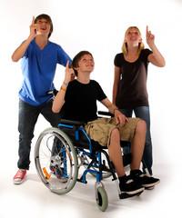 deuten nach oben gruppe teenager
