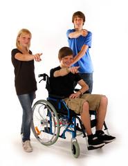 zeigen gruppe teenager rollstuhl