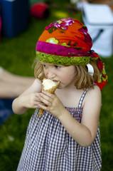 Jeune fille mangeant une glace