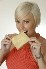Frau isst ein Butterbrot