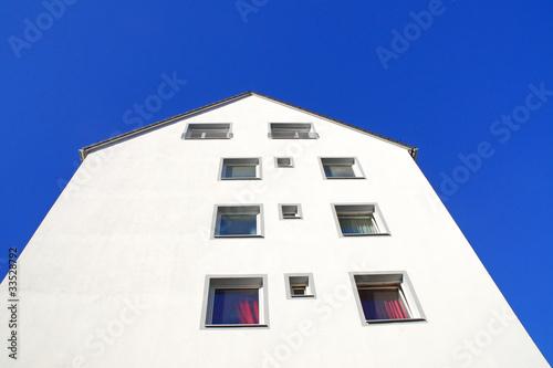 haus vor blauem himmel #3