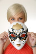 Junge Frau mit Faschingmaske
