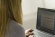 Junge Frau sitzt am Computer
