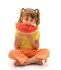 bambina che mangia una fetta d'anguria