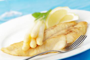 frischer Spargel mit Viktoriabarsch und Zitrone