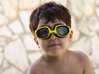 bambino con occhiali mare