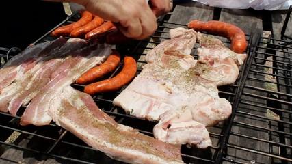 Preparando la carne en la parrilla