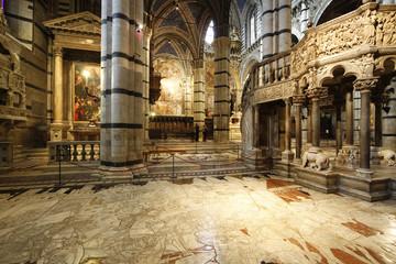 interior duomo de siena en italia