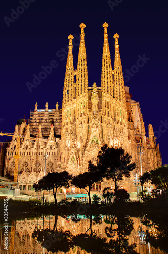 Sagrada Familia w nocy, bez dźwigów, Antoni Gaudi