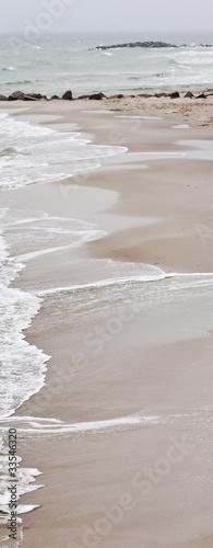 Sandstrand mit Wellen