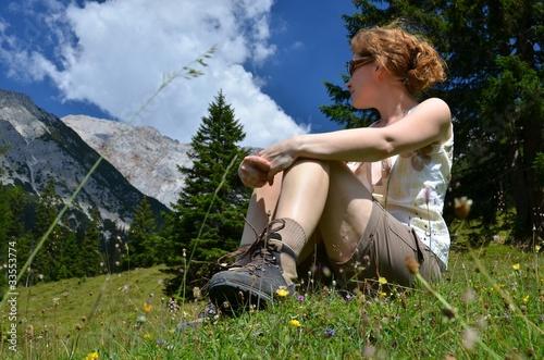 Frau macht Pause auf einer Wanderung