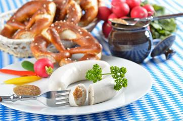 Bayerische Brotzeit mit frischen, warmen Weißwürsten