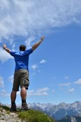 Mann genießt die Freiheit in den Bergen