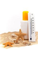 Sonnencreme und Thermometer