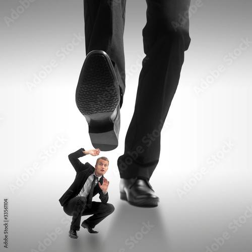 Homme d'affaire se faisant écraser par un géant