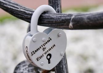Белый замок на аллее влюблённых в Москве