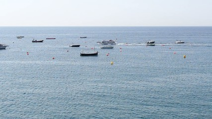 Barco cruzando la bahía de Tossa