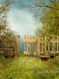 Wiejski ogród z drewnianym płotem