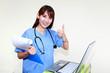 ガッツポーズをしている笑顔の看護師