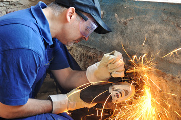 Handwerker mit Trennschleifer