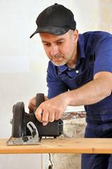 Handwerker mit Handkreissäge