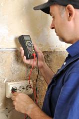 Handwerker mit digitalem Voltmeter