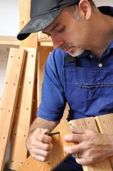 Handwerker bei Aufbau eines Regals