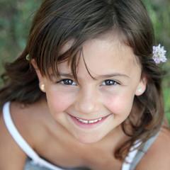 Tendre sourire d'été (fillette 5-6 ans)