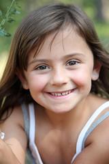 Sourire d'une petite espiègle (été 5-6 ans)
