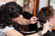 friseurin schneidet mann die haare