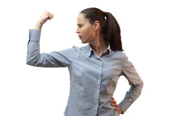 Junge starke Frau spannt die Muskeln an und ballt die Faust